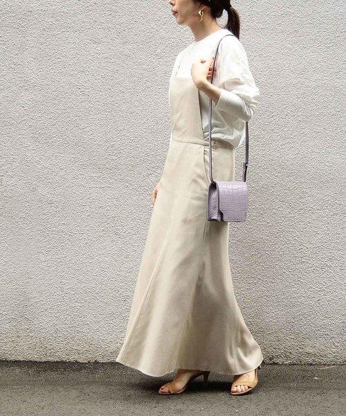 ベージュのサロペットスカートの春コーデ