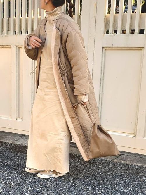 ベージュのサロペットスカートの冬コーデ