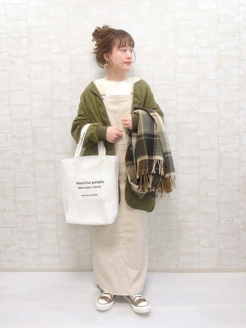 ベージュのサロペットスカートの20代コーデ