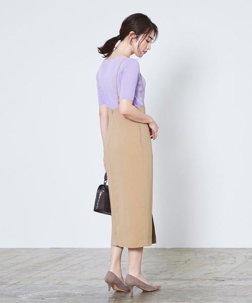 ベージュのサロペットスカートの40代コーデ