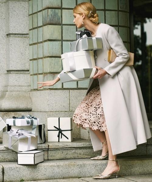 クリスマスのプレゼントの箱を持つ女性