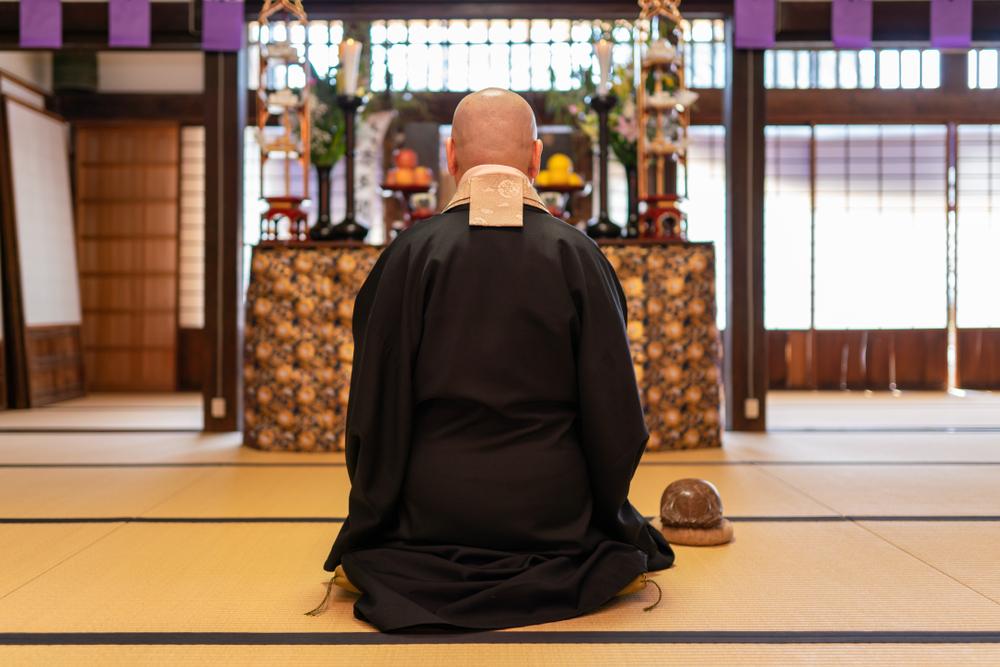 法要で読経する僧侶