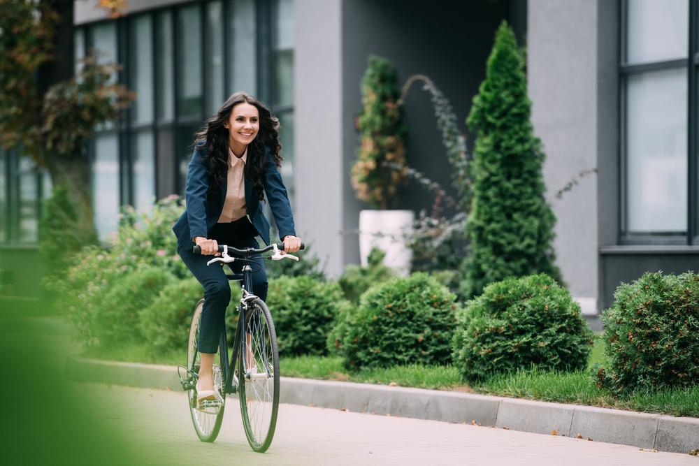自転車通勤する女性