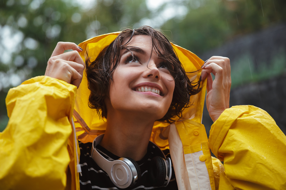 雨に濡れている女性