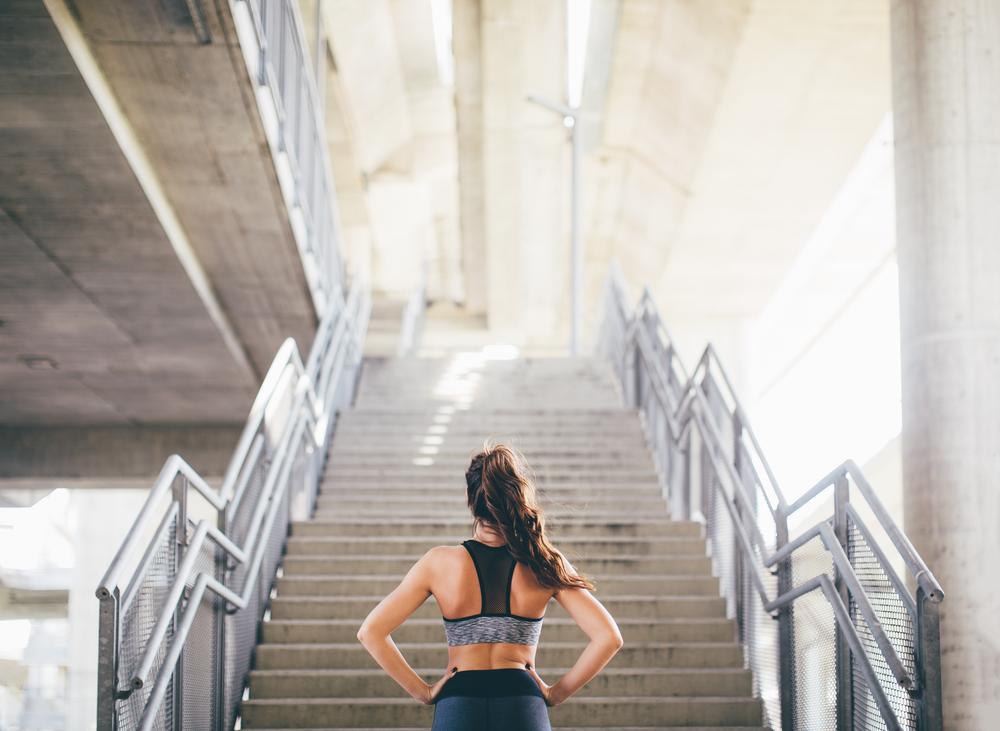階段を見る女性