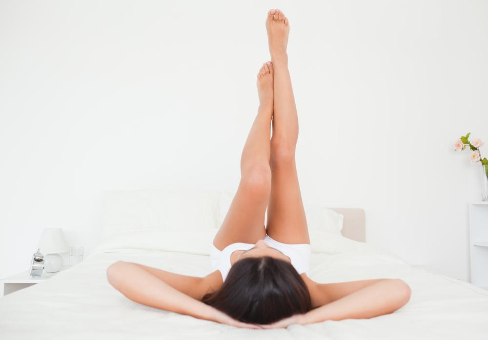 足を上げる女性