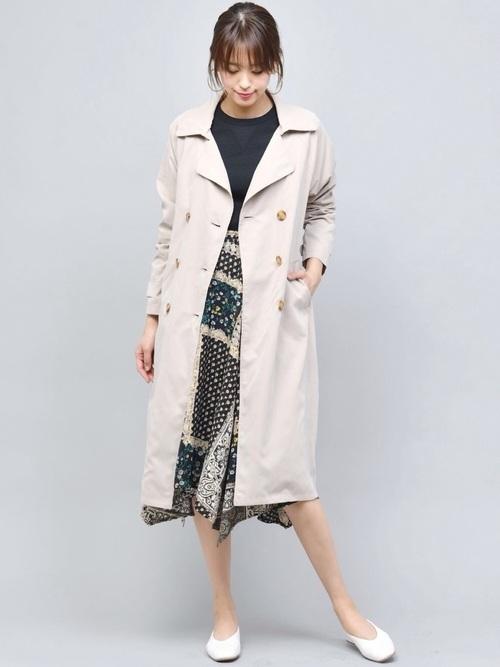 柄スカートを使ったベージュロングコートコーデ