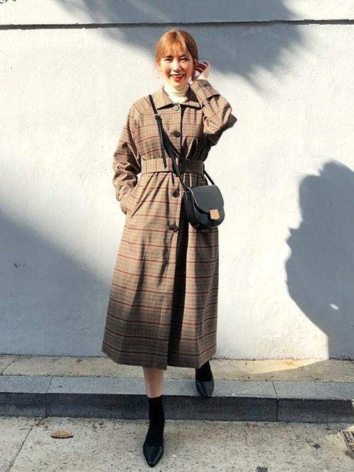 20代向けのチェック柄ロングコートのコーデ