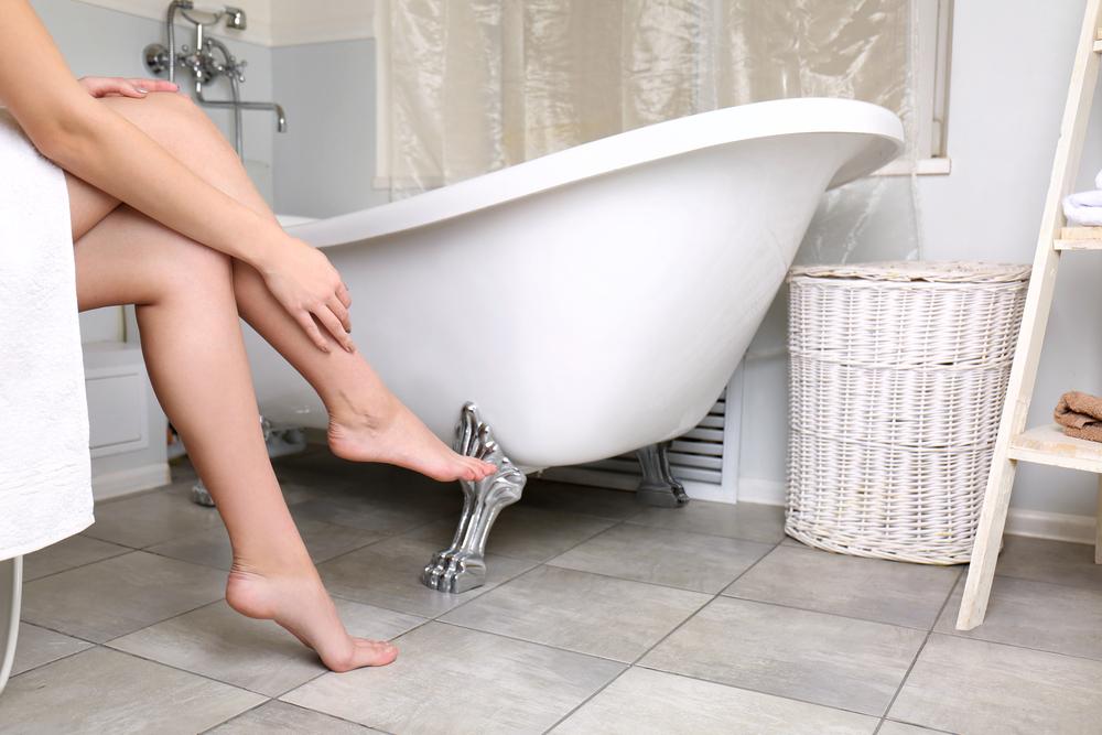 浴室に座る女性