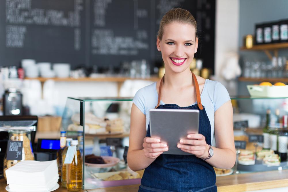 カフェでバイトをしている女性