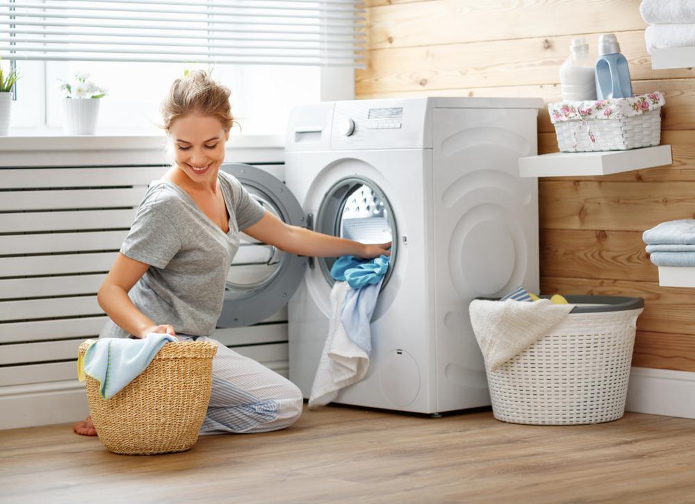 洗濯をしている女性