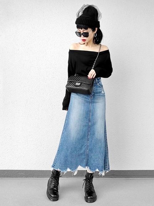 黒のチェーンバッグ×デニムスカートコーデ