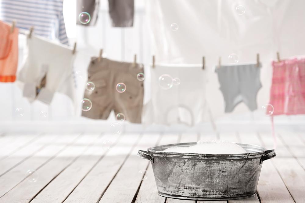 洗濯のたらいと洗濯ものを干している様子