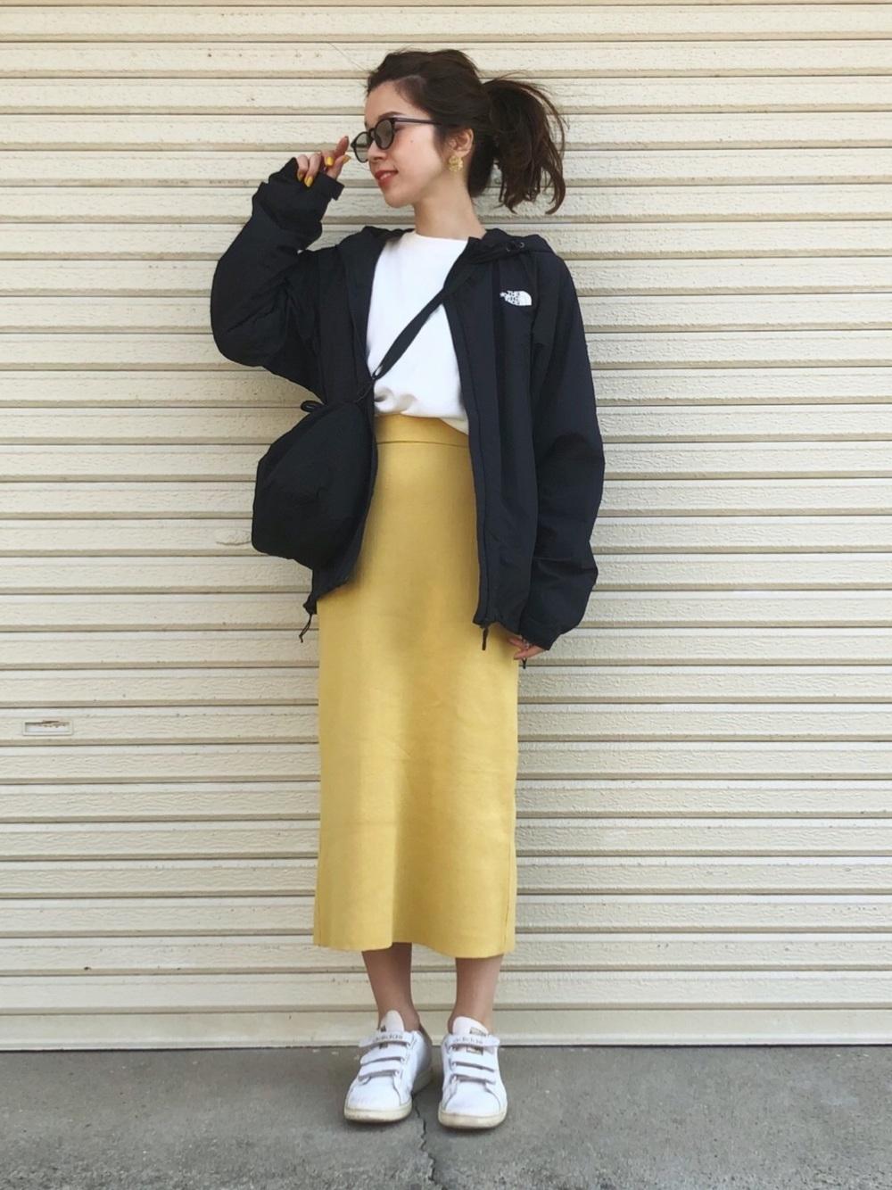 ナイロンジャケットと黄色スカート