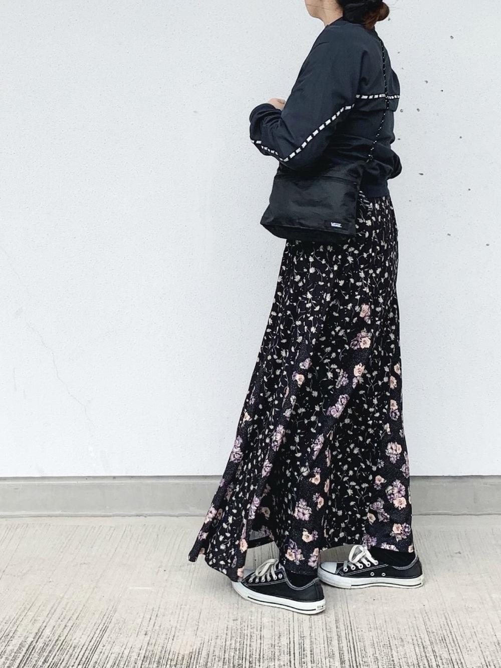 黒ナイロンジャケットと花柄