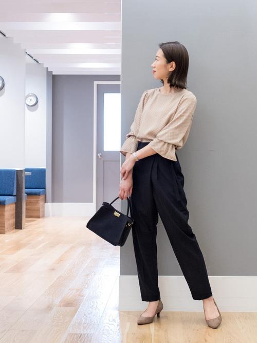 テーパードパンツを使った会社見学の服装