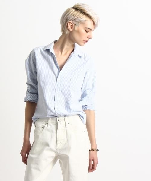 ブルーの襟付きシャツと白パンツ