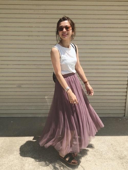 白タンクトップ×ピンクのチュールスカート