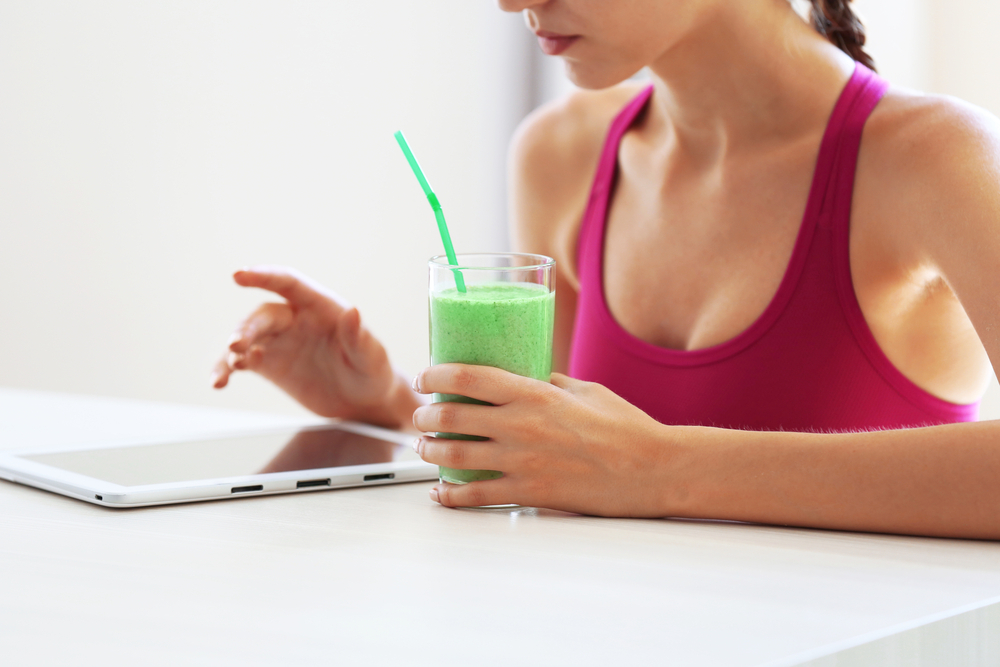 カロリー計算をしている女性