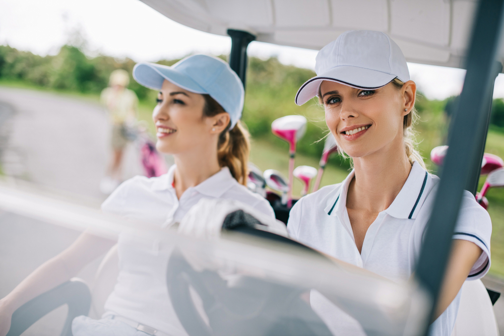 マナーを守ってゴルフをしている女性