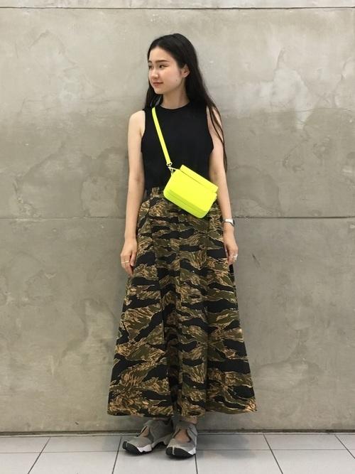 迷彩ロングスカートの夏コーデ