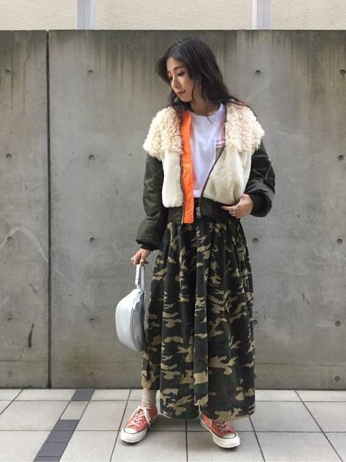 迷彩柄ロングスカートの秋コーデ