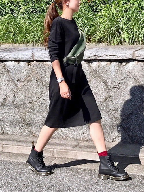 黒いワンピース×赤い靴下
