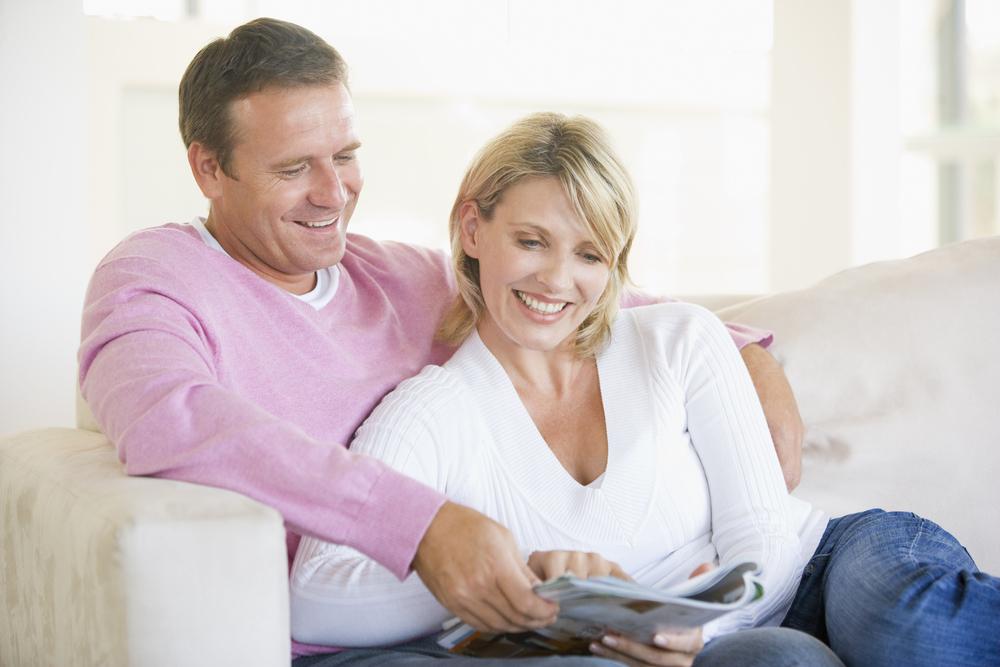 里帰り出産のお礼のカタログギフトを見ている両親