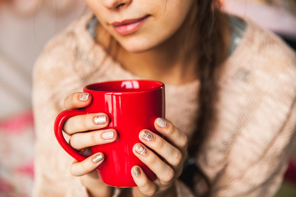 美容や健康に効果的なプーアル茶を飲んでいる女性