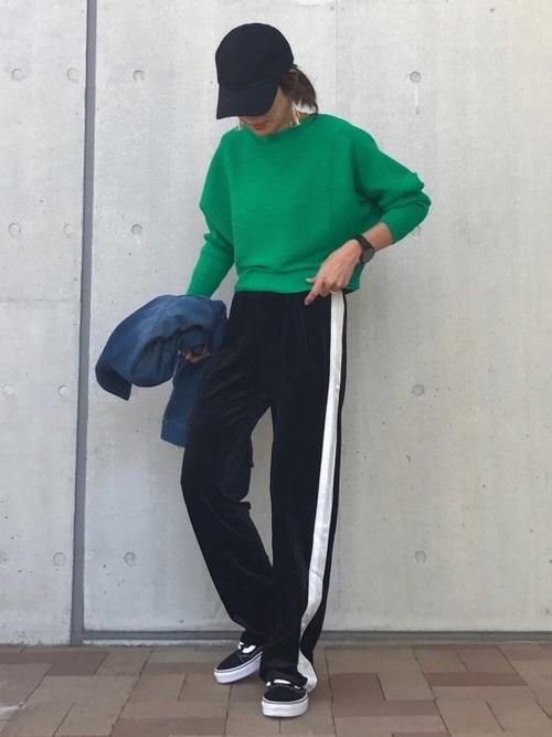 グリーンニット×ラインパンツの秋のスポーツミックスコーデ