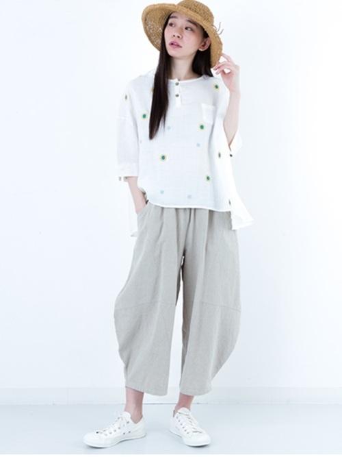 白Tシャツを使った北欧ファッション