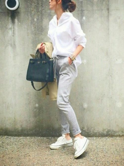 白シャツ×スウェットパンツ