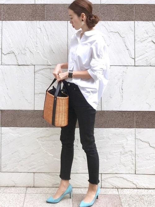 白シャツ×黒スキニー