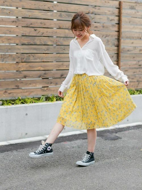 白シャツ×春色プリーツスカート