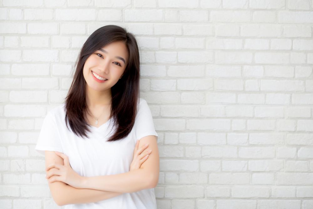 笑顔で立つ女性の写真
