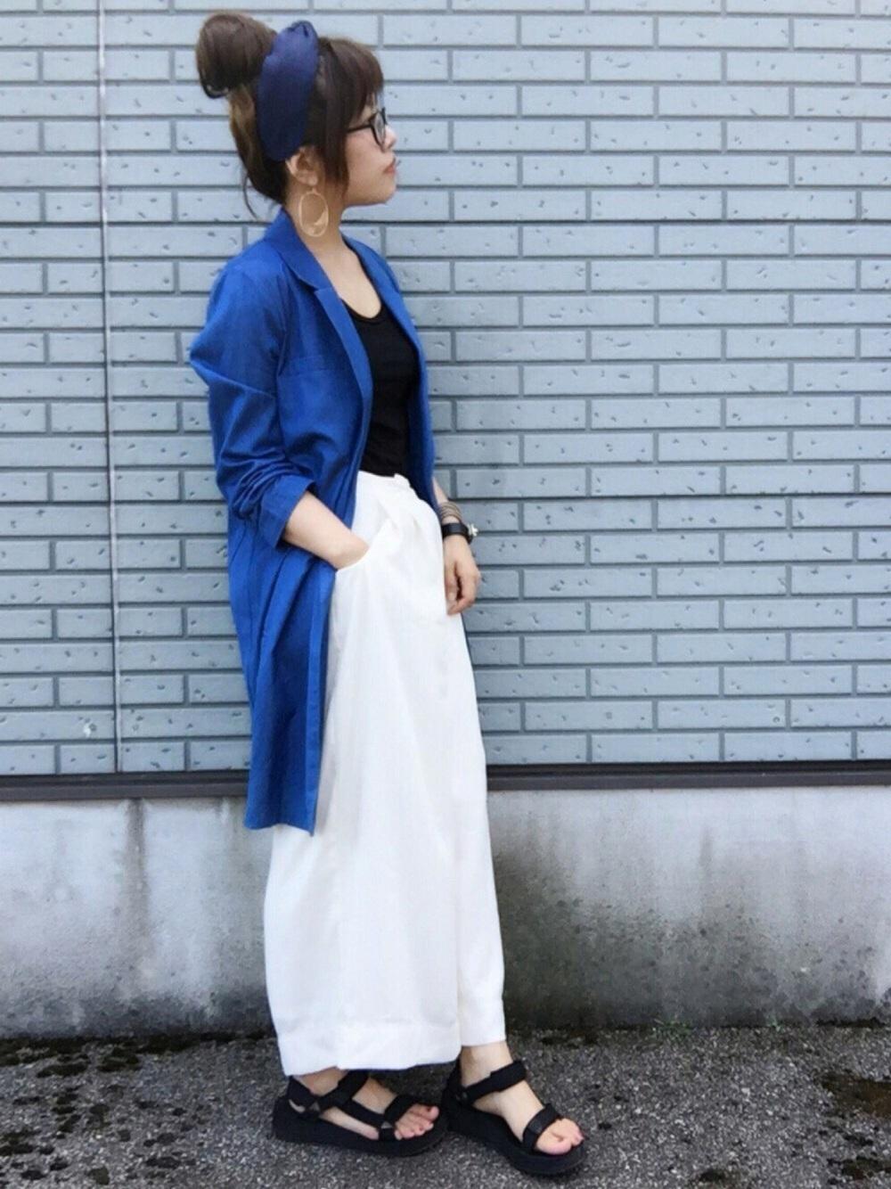 ブルージャケットに白スカンツ