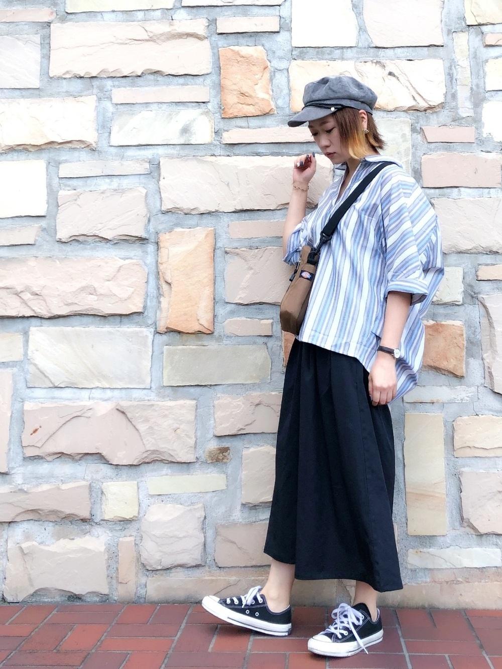 ブルーシャツと紺スカンツ