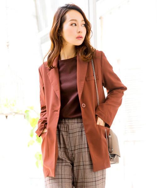 ブラウンジャケットを着た女性