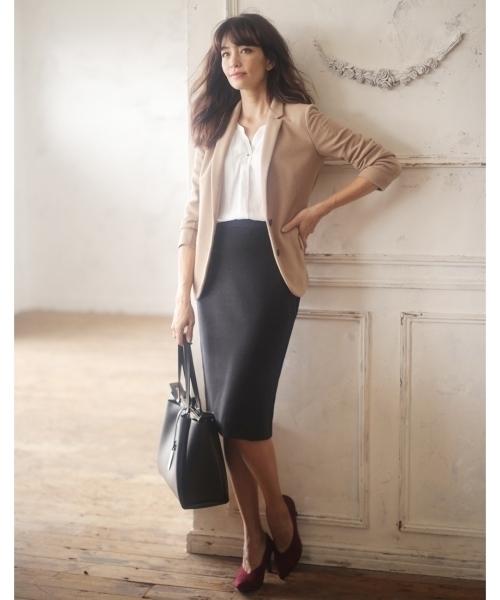 ブラウンジャケットとタイトスカート