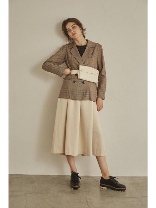 ブラウンジャケットとフレアスカート