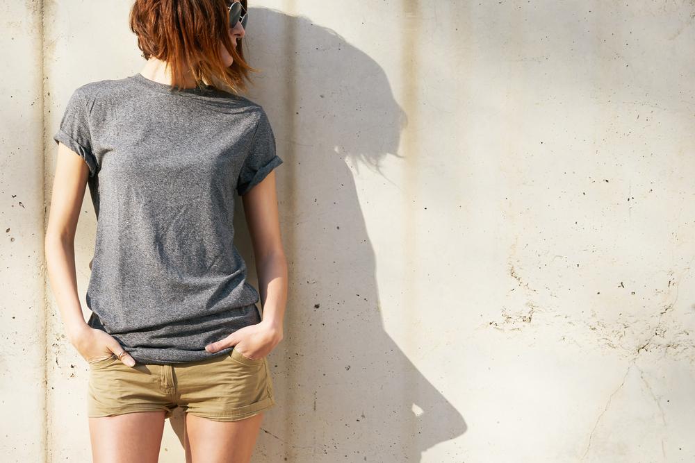 Tシャツを着用した女性