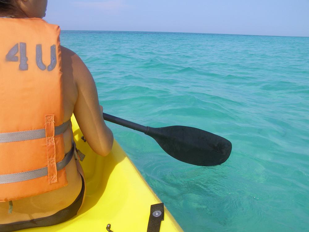 水着でシーカヤックを楽しむ女性