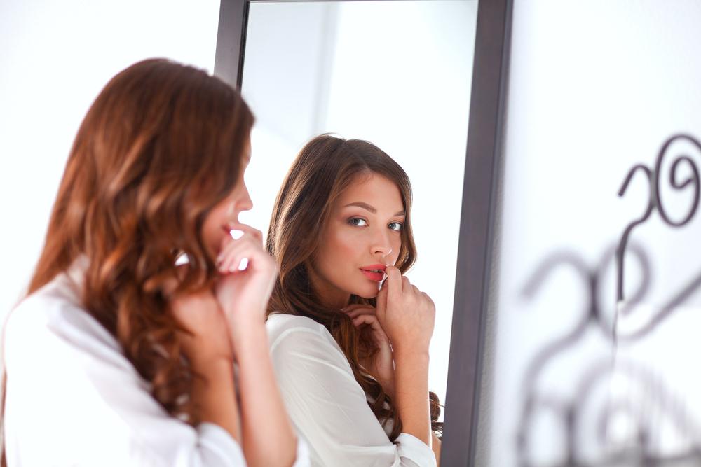 口を触っている女性