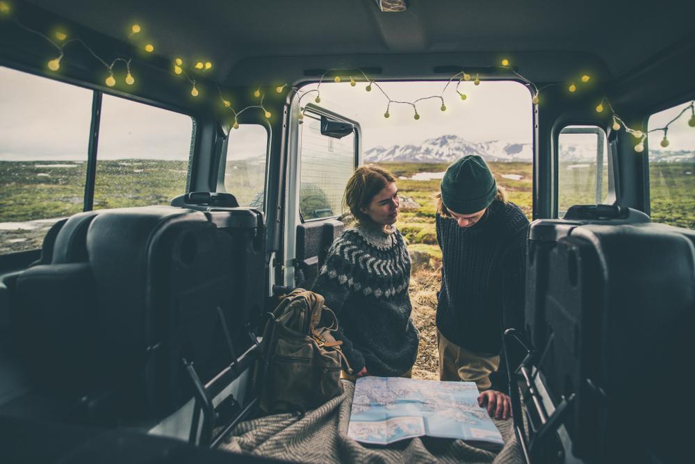 アイスランドを旅行中のカップル