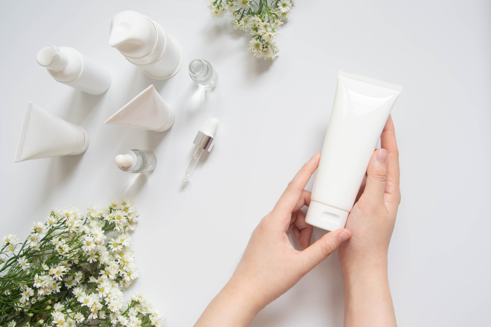 ゆらぎ肌対策の保湿クリームを手に取る女性