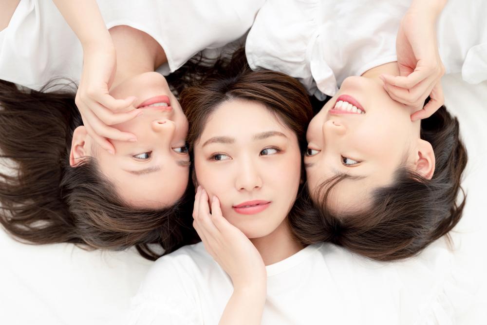 肌をチェックし合う3人の女性