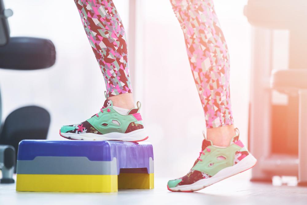 踏み台昇降をする女性の足
