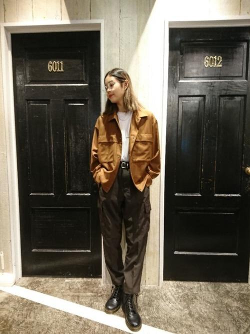 黒のカーゴパンツとジャケット