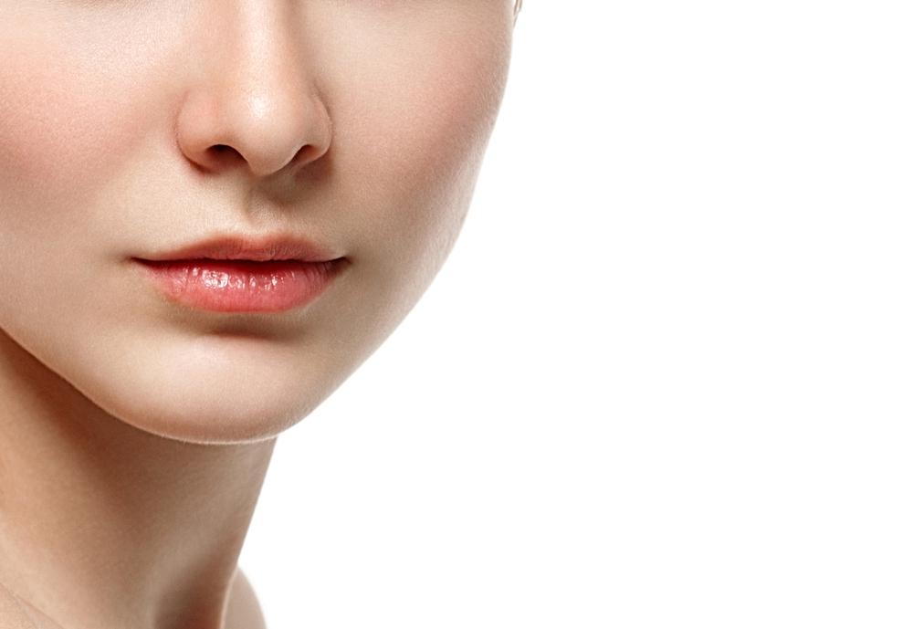 女性の鼻から下の画像