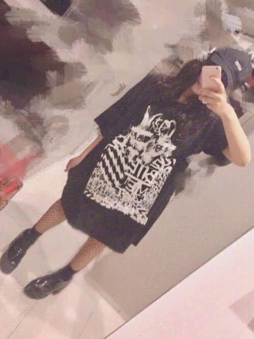 ストッキングを使ったコーディネート【3】夏:Tシャツ×網タイツでハードな雰囲気のガーリーコーデ